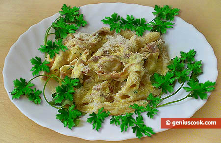 Pasta Penne with Prosciutto in Creamy Sauce