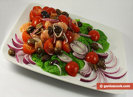 Salad with Salmon, Olives and Red Onion