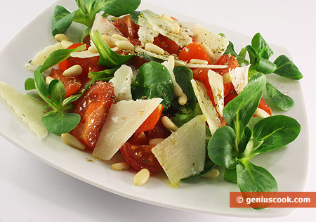 Salad with Valerian, Tomatoes and Cheese