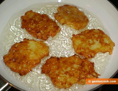 Fry draniks on well-heated oil