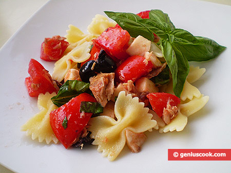 Mediterranean Salad with Farfalle, Tuna and Mozzarella