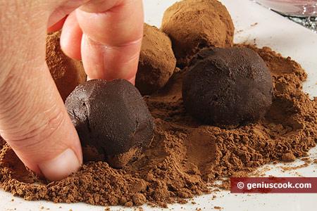 Roll balls around in cocoa