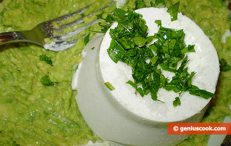 Mix the pulp with ricotta and mashed garlic with parsley