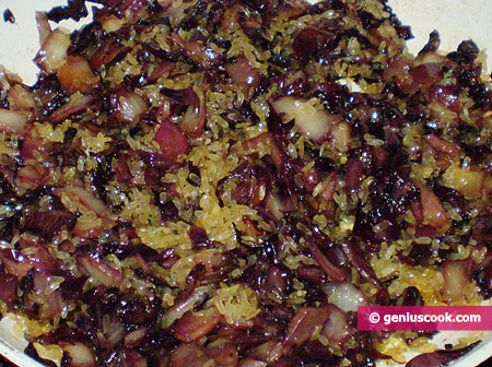 Put in rice and fry it together with radicchio