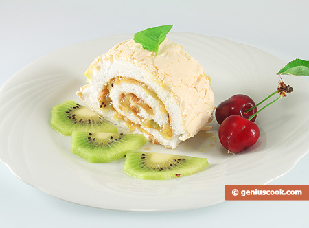 Meringue Roll with Kiwi and Apples