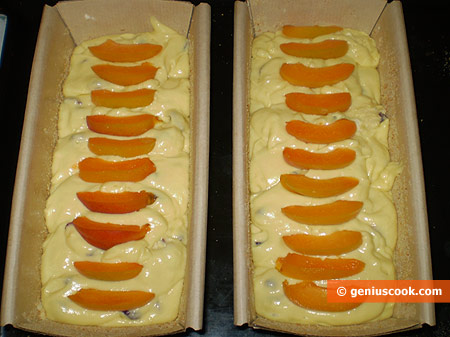 Place the dough into oiled forms, decorate the top with apricot