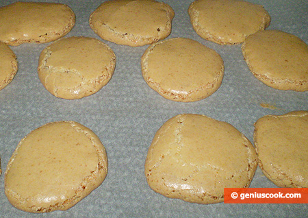 Leave the cookies to cool down on the parchment