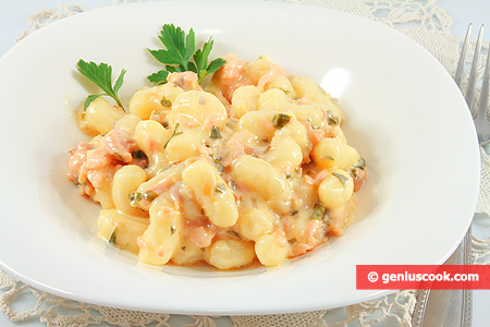 Potato gnocchi with salmon and cream sauce