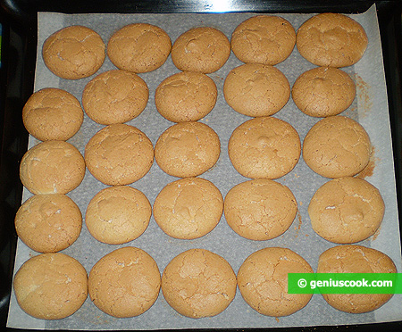 Let the cookies cool down on the parchment