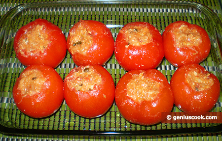 Smear a form with oil and put on the tomatoes