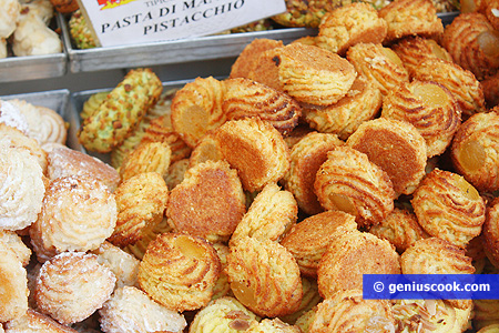 Almond pastries from Puglia, baskets