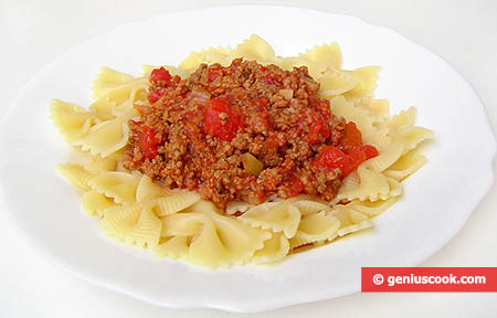 "Farfalle with sauce ""Bolognese"""