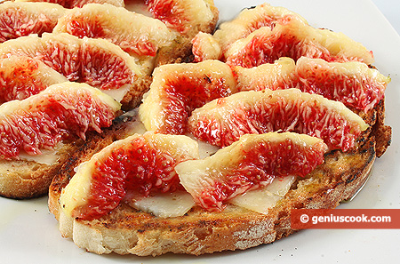 Bruschetta with cheese and figs