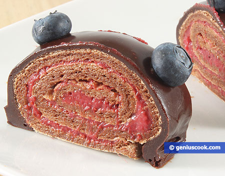 Chocolate-meringue roulade with strawberries