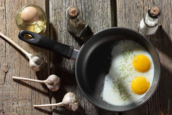 breakfast-food-eggs-pan-kitchen-cooking