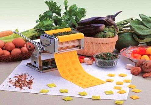 Handy machine for forming tortellini