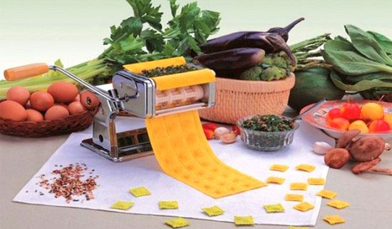 Handy machine for forming tortellini