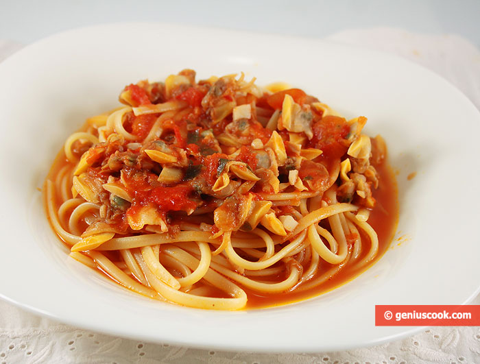 Linguine with Clams Vongole in Tomato Sauce | Italian Food Recipes ...